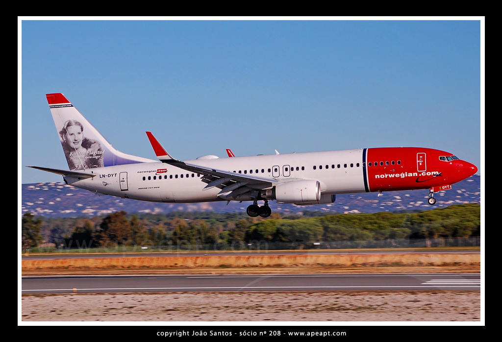 NORWEGIAN AIR B737 LN-DYT.jpg