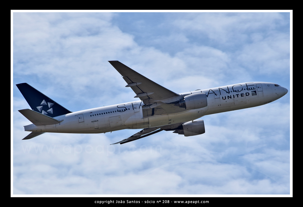 UNITED AIRLINES (CONTINENTAL) B777 N218UA.jpg